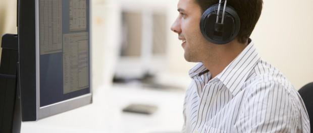 イヤホンで音楽を聴きながら仕事ができる職場が増えつつある