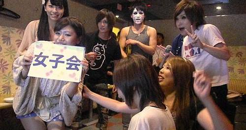 【金爆】ゴールデンボンバーがカラオケ女子会に乱入、ライブさながらのパフォーマンスで「元カレ殺ス」を熱唱【画像】