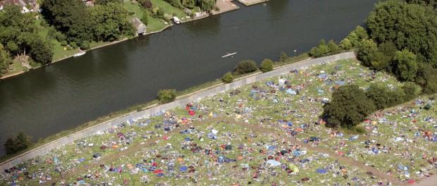 英国最大の野外音楽フェス「レディング・フェスティバル」後のゴミの量がハンパない