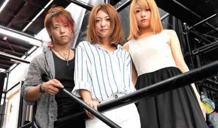 【元Folder5】ビビる大木と結婚後初の公の場!AKINAが3人組バンド、Shiny Lipsのボーカルとして再出発