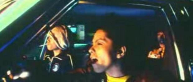 車に乗って爆音流して窓開けてかっ飛ばすのって気持ちいいの?