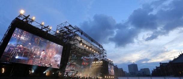 """スピッツ、16年ぶりの野外ライブで「月に帰る」など23曲を披露、""""お隣り""""でデビュー10周年記念ライブを開催中のアジカンに拍手"""