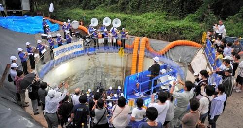 【社会】工事現場の大きな縦穴の中でコンサート – 長野