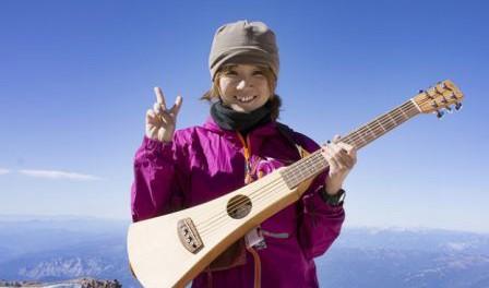 """歌って登れる""""シンガー・ソングハイカー""""加賀谷はつみ、マウント・シャスタ登頂に成功し、山頂でギター弾き語りを披露"""