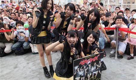 ベイビーレイズ「オリンピック開会式に乗り込むぞ」 上野のアメ横センタービルで「暦の上ではディセンバー」ヒット祈願ゲリラライブ