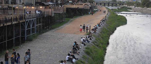 京都の鴨川でギター持って座ってた結果wwwww