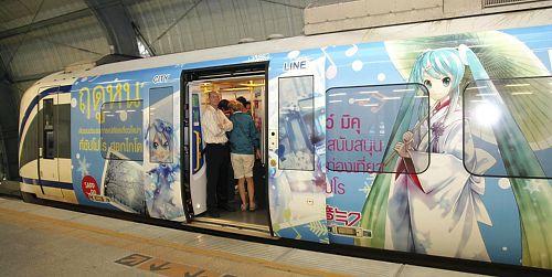 【画像】札幌発の仮想アイドル「初音ミク」列車が人気、期間延長へ…タイ・バンコク【ミク電】