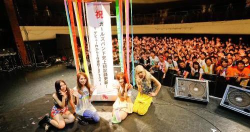 """【動画】SCANDALがデビュー5周年を記念し""""5""""尽くしのパーティーを開催…555人のファンの前で新曲「OVER DRIVE」など5曲を披露"""