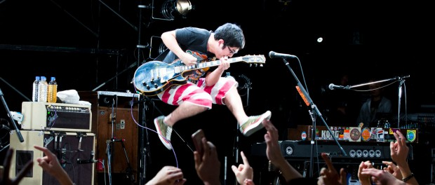 なんでバンドのボーカルが弾く楽器はギターなの?