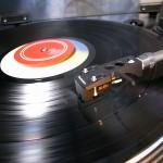 レコードで音楽聴くやつwwwww