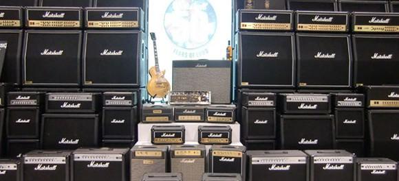 隣の部屋がうるさいから壁にアンプくっつけてギター弾いてやった
