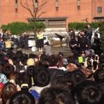 卒業公演が中止となったAKB48・大島優子が国立競技場横の明治公園に現れファンに涙の生謝罪 皮肉にも空は晴れ