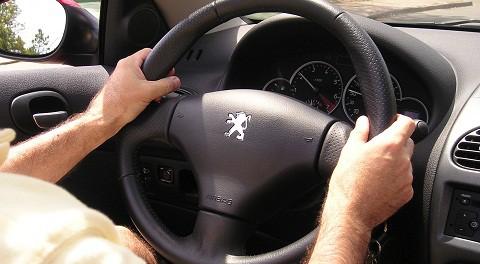 イヤホンしながら車運転する奴なんなの?