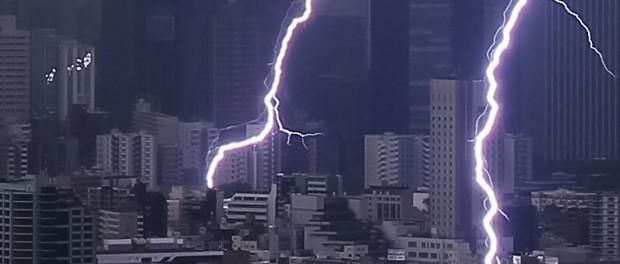 【衝撃】雷の音が怖いからとヘッドホンをつけるのは危険?!ヘッドホンを通じて身体に電気が走り、ヘッドホンが焦げる事案が発生