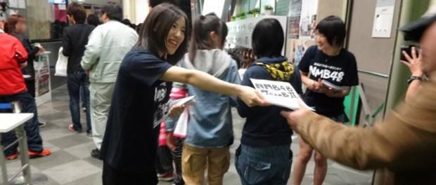 AKBのライブ会場前でビラ配りしてる地下アイドルの子たちwwwwww