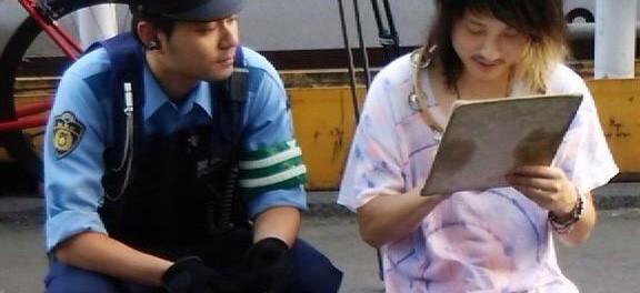 【悲報】バンド・アルカラ、新宿駅南口でノリノリでゲリラ路上ライブをやりきり、ファンサービスでサインをしてあげていた最中、警察に職務質問を受ける その一部始終・レポ・セトリまとめ(画像30枚以上)