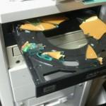 【衝撃画像】CDドライブにヒビの入ったディスクを入れると破裂する事案が発生