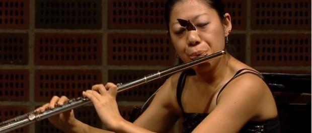 【衝撃映像】フルートの演奏中、顔面に蝶が止まるハプニング・・・なお、演者の太田幸江さんは2位入賞