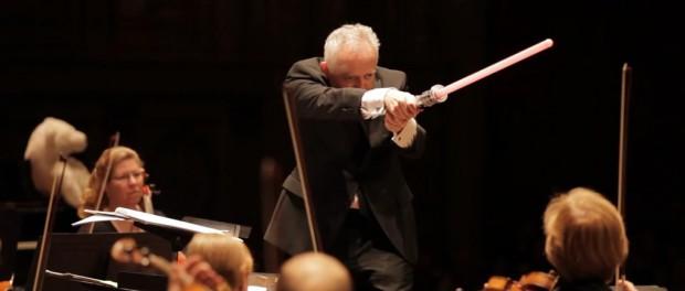 指揮者がスターウォーズ「ダースベーダーのテーマ」の演奏中にライトセーバーを振り回す動画wwwwwwwwwwwww(画像・動画あり)