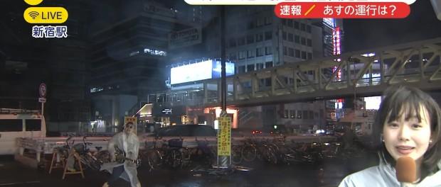 クソワロwwwww 新宿駅前からの台風中継に映りこんだギター男がヤバすぎる(動画あり)