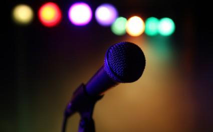 カラオケで歌ってる時表情豊かすぎてキモいと言われたんだが?