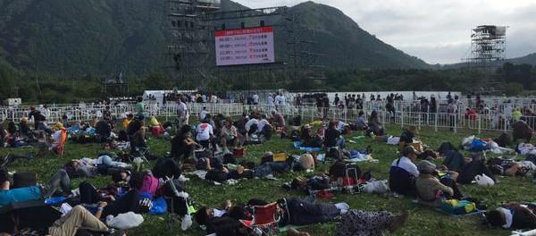 長渕剛10万人オールナイトライブの帰宅困難者、ピクニックをしていたwwwwwwww