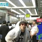 新宿駅の台風中継に写りこむ芸人のギター男、また現る(画像・動画あり) 南海キャンディーズ山里似