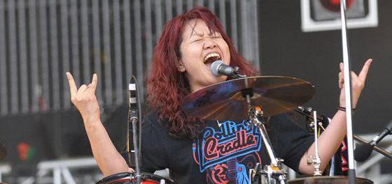 女がドラムのバンドwwwwwwwww