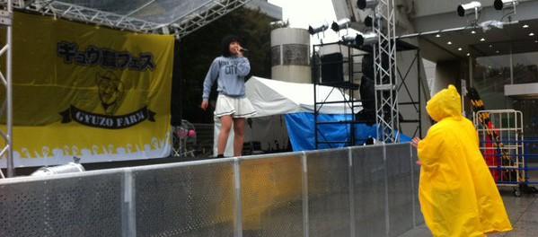 客1人だけwww 豪雨の中、地下アイドルの野外ライブに参戦する勇者がカッコよすぎるwwww