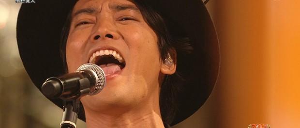 俳優・桐谷健太がFNS歌謡祭2015で三味線の弾き語りでauの歌「海の声」を披露!!!生歌だし、歌うますぎると大絶賛(画像あり)