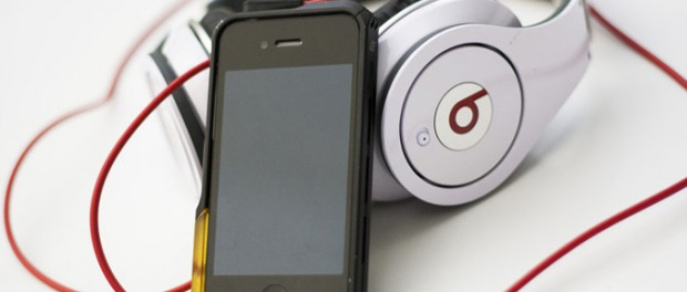 iPhoneに3万のヘッドホン挿して音楽聴いてる奴wwwwwwwwwww