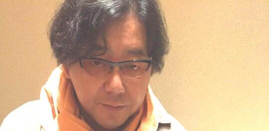 【悲報】秋元康さん、ヤバイ痩せ方をする(画像あり)