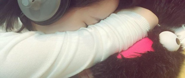 AKB48まゆゆこと渡辺麻友、ラジオ収録中に寝る → 秋元康「麻友は寝ていたが、そこにいるだけで癒されました」と擁護 キモすぎだろw