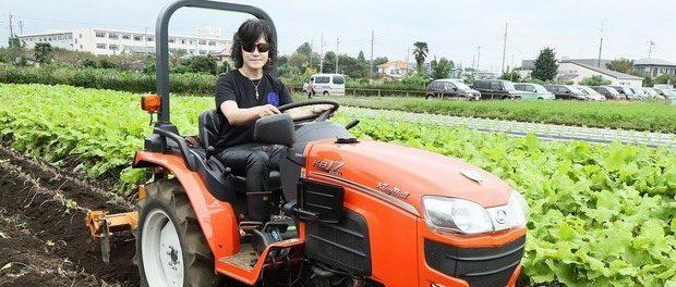 X JAPAN ToshI、トラクターに乗る
