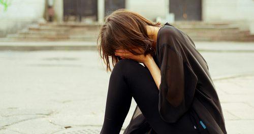【動画】カラオケで歌いながら泣いてしまって歌えない曲