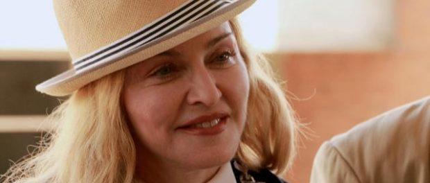 マドンナ(58)に突然キスされた超人気ラッパーの反応wwwwww