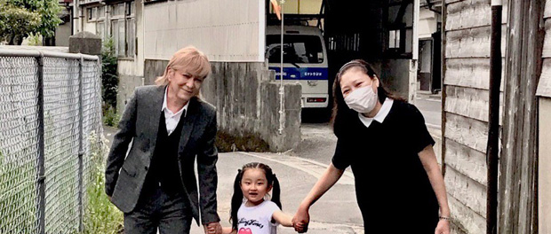 【朗報】KEIKO、小室哲哉と子供と3人でお散歩する