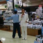 ムーディ勝山さんが服屋の前で歌っててワロタwwwwwwww