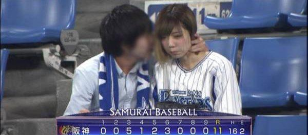 【悲報】野球中継でアイドルが男と観戦している所が映るwwwwwww