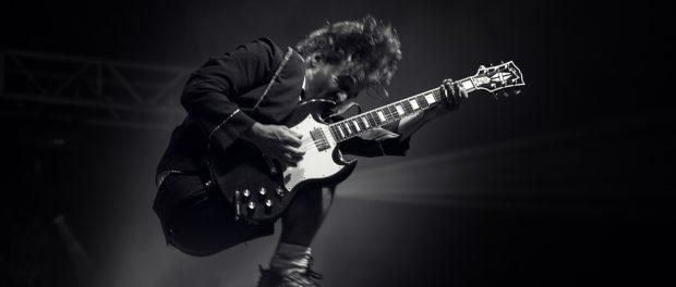 ギター1人しかいないバンドってライブだと音がペラペラになるよね
