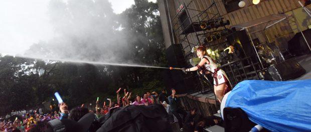 ライブ中に水をかけてくるアーティストwwww