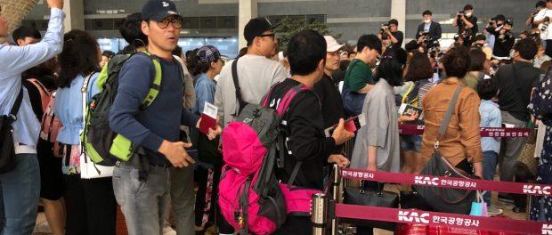 「旅猿」メンバーが空港で韓国アイドル「IZ*ONE」と遭遇www 写真に岡村隆史が映り込んでて草