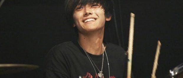 ミスチル桜井和寿の息子・桜井海音(18)が父親そっくりのイケメンに成長!ドラマーとして音楽活動をしていると話題に