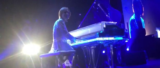 【動画】YOSHIKIのディナーショーで歌いだして注意されてもやめない迷惑客がヤバすぎるwww