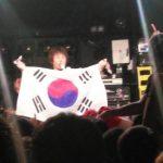 【悲報】横山健さん、ライブ中に韓国旗を掲げてネトウヨ批判