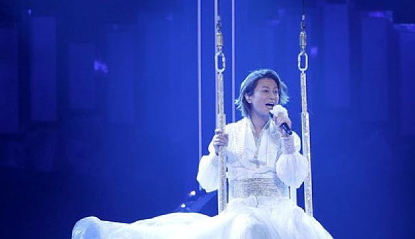 氷川きよしさん、ウエディングドレスを着て一昔前の結婚式みたいに宙に浮かんで歌ってしまう